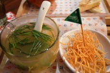Wonton soup served with fried noodles