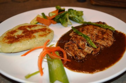 Grilled chicken with mashed potato and veggies