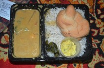 Thai chicken curry with Basil steamed rice, a bun and a dip