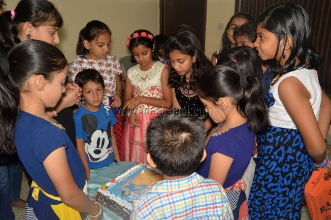 birthday party, kids birthday party, kids birthday cake cutting, cake cutting, birthday cake cutting, birthday cake, girl cutting birthday cake
